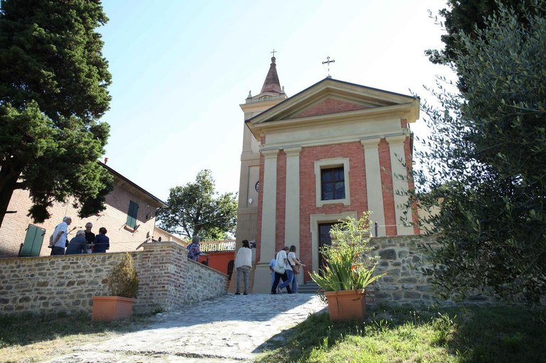 chiesa e scalinata Nirano.JPG